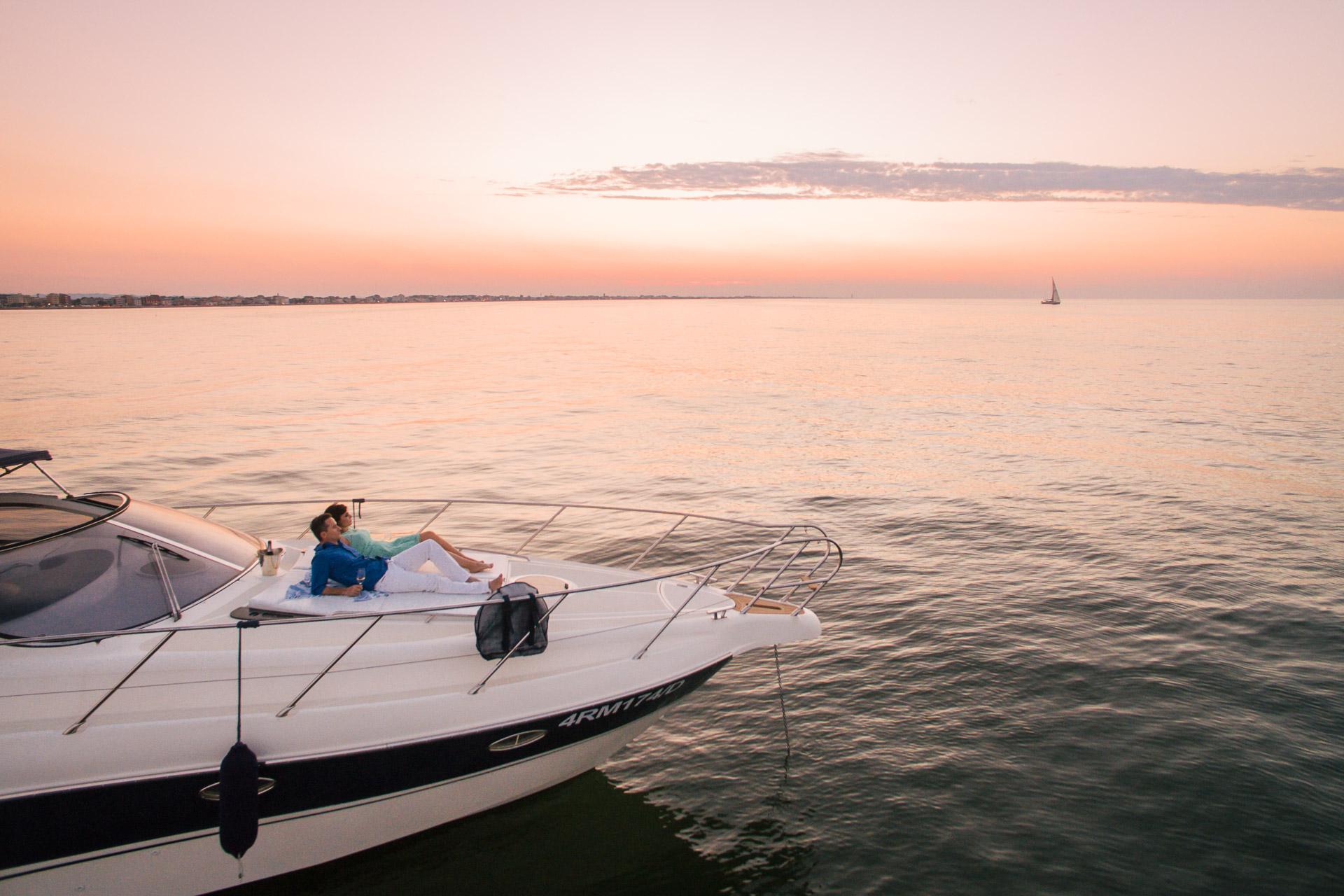 servizio fotografico prematrimoniale in barca al mare